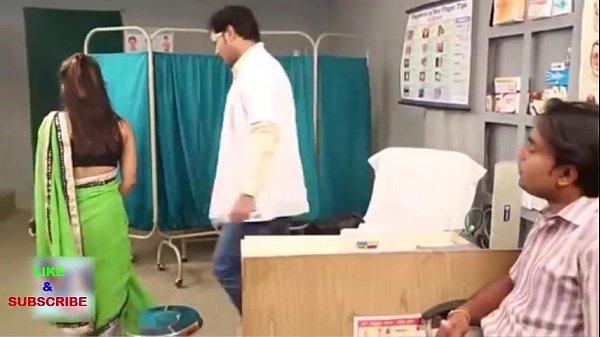 دكتور هندي ينيك مريضة خلف الستارة و زوجها في الغرفة
