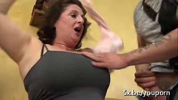 العاهرة الايطالية المربربة تتناك من فحلين مرة واحدة