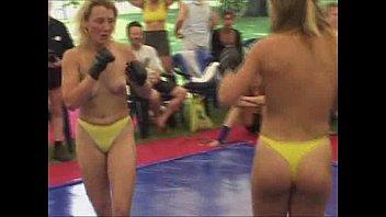 سكس مصارعة – ملاكمة نساء عاريات على الحلبة